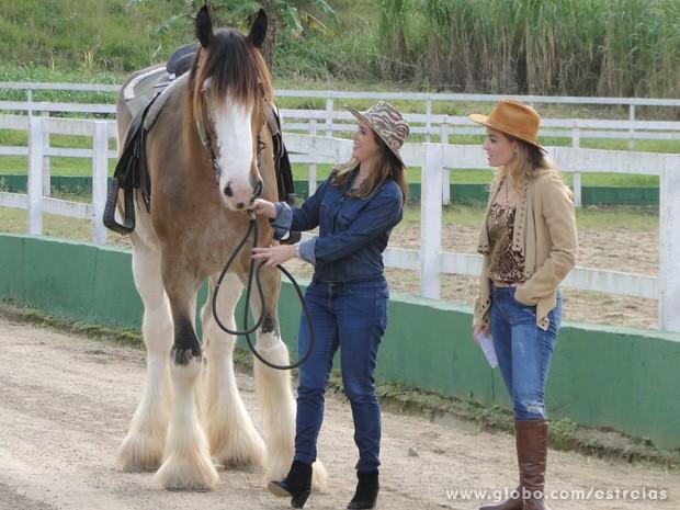 Fernanda Vasconcellos e Angélica adotam estilo Cowgirl para gravação (Foto: Tv Globo/ Estrelas)
