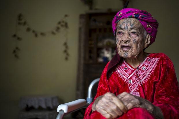 Fatma Tarnouni, 106, que se tatuou aos 10 anos de idade (Foto: Zohra Bensemra/Reuters)