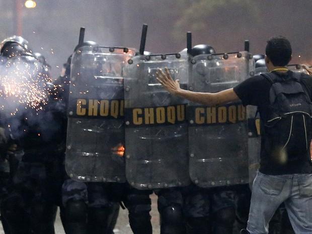 Rio de Janeiro - Polícia de choque entra em confronto com manifestantes durante protesto (Foto: Sergio Moraes/Reuters)