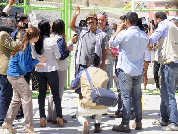 O malandro vira herói e posa para os jornalistas (Foto: Cheias de Charme / TV Globo)