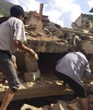 Moradores locais procuram por vítimas após terremoto em Zhaotong, na China, neste domingo (3) (Foto: Xinhua/Hu Chao/ap)