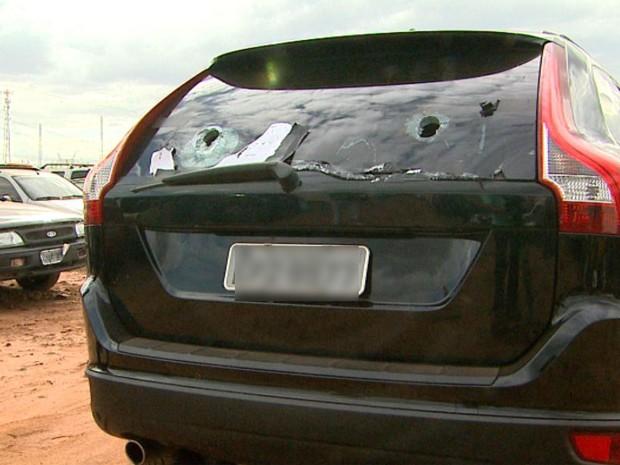 Carro tinha perfurações nos vidros, onde quadrilha acoplava fuzis, diz delegado (Foto: Ronaldo Gomes/EPTV)