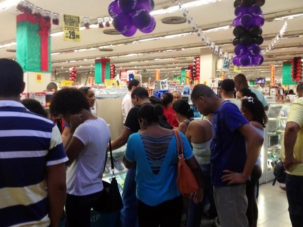 Lojas ficam lotadas no início da manhã com Black Friday (Foto: Rafael Teles/G1)