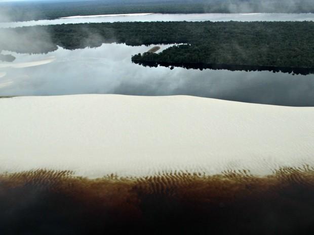 Bancos de areia se formaram em vários trechos do rio  (Foto: Suelen Gonçalves/G1 AM)