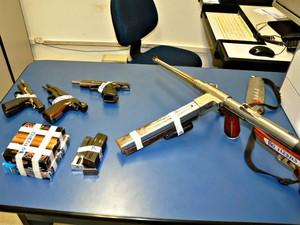 Armas apreendidas pela polícia estavam em fundo falso de carro (Foto: Maressa Mendonça/ G1 MS)