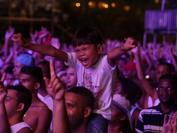 Público lota a praia da Copacabana e assiste ao show de Nando Reis (Foto: Rodrigo Gorosito/G1)
