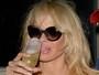 Pamela Anderson passa réveillon de preto, óculos escuros e despenteada