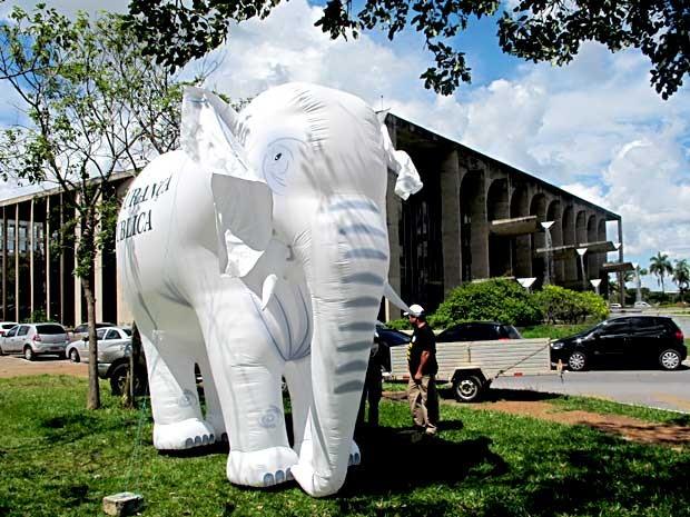 Elefante branco instalado por policiais federais ao lado do Palácio da Justiça, em Brasília (Foto: Lucas Nanini/G1)