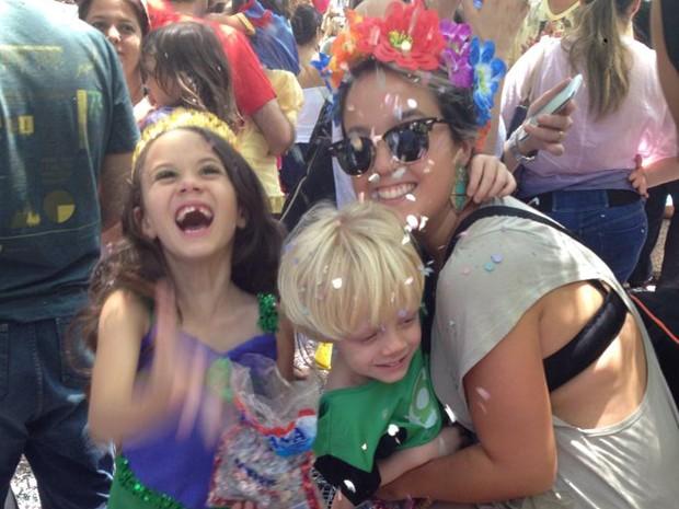 Marina e os pequenos Lucas e Gabriela, aproveitando o carnaval desde cedo.  (Foto: Arquivo Pessoal/Marina Rabelo)