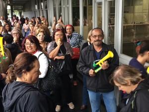 Aposentados fizeram manifestação (Foto: Tatyana Jorge/G1)