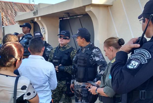Polícia Militar atende ocorrência que resultou na morte de um sub-tenente reformado (Foto: Simplício Júnior/TV Clube)