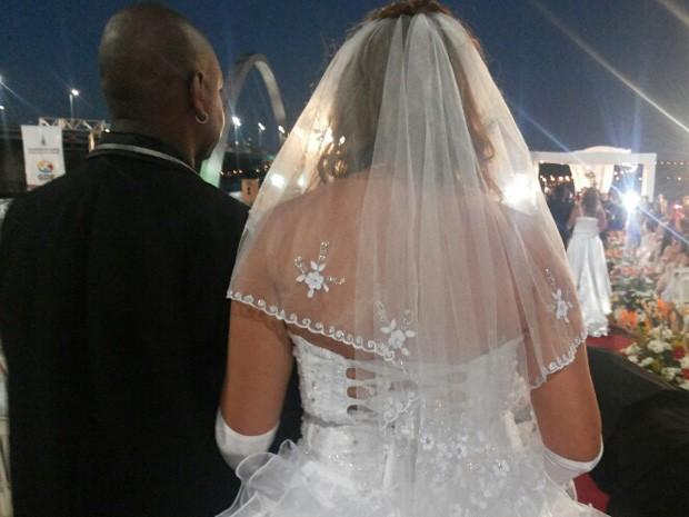 Casal aguarda para selar união em casamento coletivo na Ponte JK, em Brasília (Foto: Isabella Formiga/G1 DF)