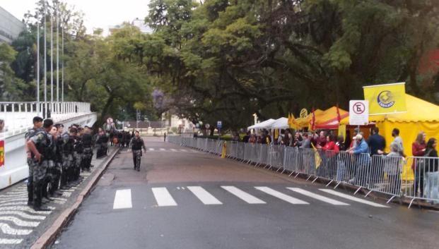 Policiais se posicionam em frente à Assembleia em Porto Alegre (Foto: Divulgação/Brigada Militar)