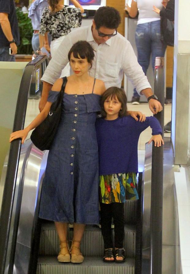 Débora Falabella com a filha e Murilo Benício (Foto: Daniel Delmiro/AgNews)