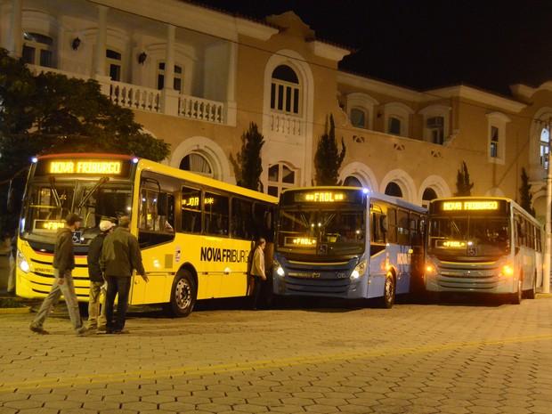 Novos ônibus da Faol, expostos em frente à prefeitura de Nova Friburgo (Foto: Vinícius Pousada/ Arquivo Pessoal)