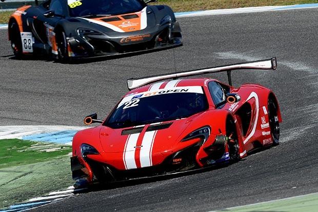 MCLAREN GT3 da dupla Balfe e Bell em P2 na corrida 1 (Foto: Divulgação/FOTOSPEEDY)
