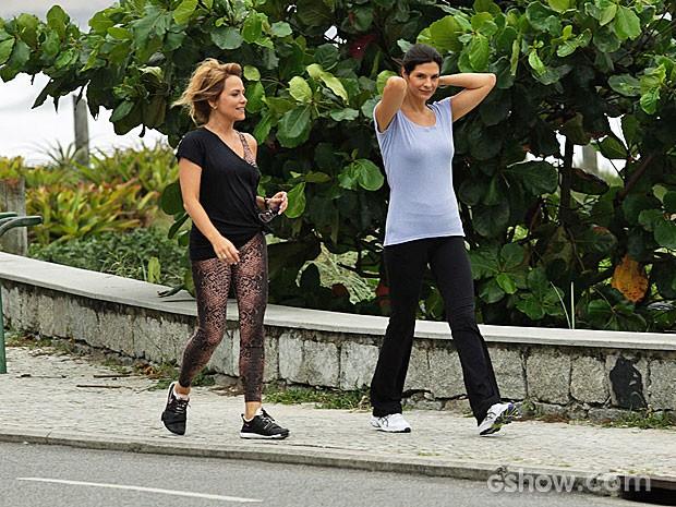 Vivianne Pasmanter e Helena Ranaldi caminham durante a gravação (Foto: Fábio Rocha/TV Globo)
