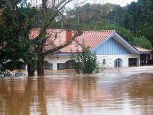 População de Santana também sofre com as enchentes provocadas pela chuva (Foto: Luiz Carlos Lopes/ Vc no G1)