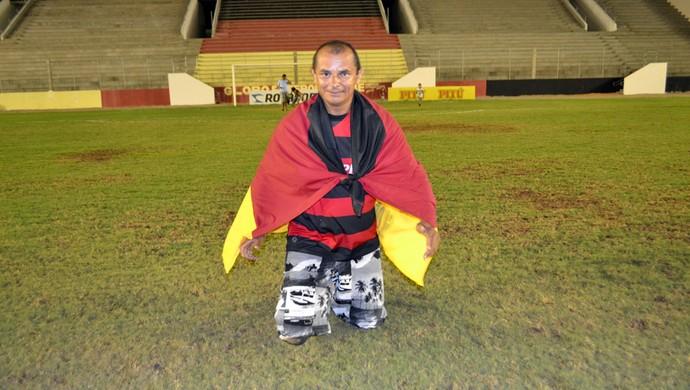 Torcedor do Globo FC cumpre promessa pelo título do primeiro turno do Campeonato Potiguar (Foto: Jocaff Souza)
