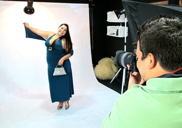 Modelo plus size posa para fotógrafo em estúdio de Santos, SP (Foto: Mariane Rossi/G1)