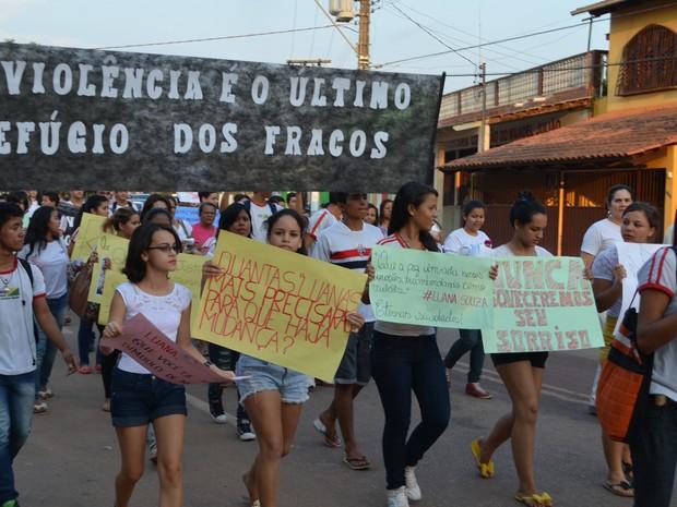 Estudantes e professores pediram paz e justiça (Foto: Veriana Ribeiro/G1)