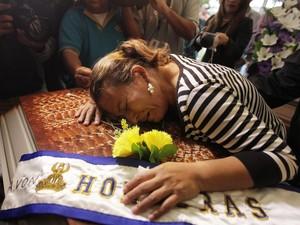 Mãe da Miss Honduras chora morte da filha no velório realizado nesta quinta-feira (20). Quatro estão presos por envolvimento na morte (Foto: Jorge Cabrera/Reuters)