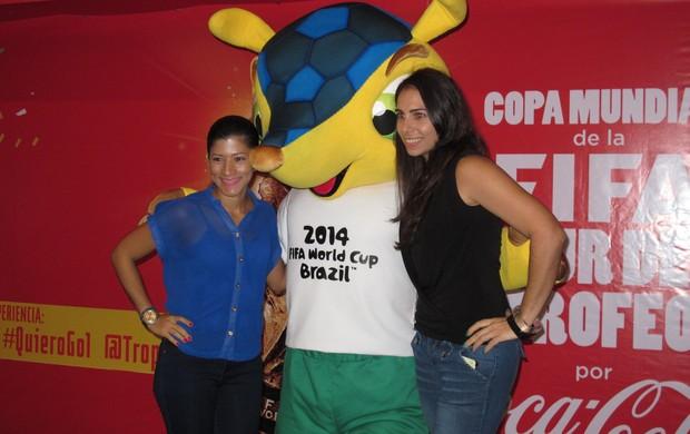 Panamenhos recebem o mascote fuleco no tour da taça (Foto: Diogo Venturelli / GLOBOESPORTE.COM)