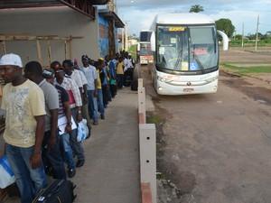 Imigrantes fazem fila para cadastro em novo abrigo na capital (Foto: Tácita Muniz/G1)