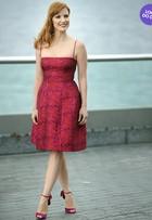 Look do dia: Jessica Chastain usa modelito vermelho em coletiva