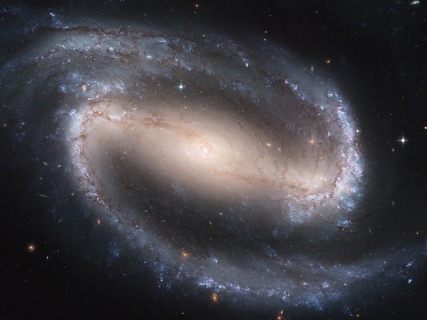 Imagem feita pelo Hubble mostra a galáxia espiral NGC 1300  (Foto: NASA/ESA, Hubble Heritage Team STScI/AURA/AP)