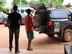 Receptador foi preso em flagrante e conduzido para a Delegacia de Polícia Civil de Guajará-Mirim (Foto: Júnior Freitas/G1)