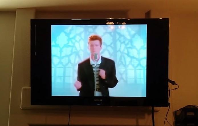 Rickmote invadindo TV com Chromecast para exibir clipe de Rick Astley (Foto: Divulgação)