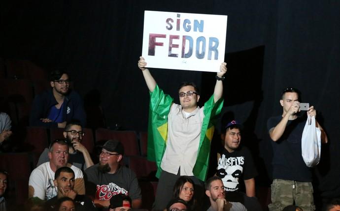 Fã cartaz Fedor Emelianenko pesagem UFC Chicago (Foto: Evelyn Rodrigues)