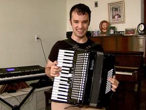 Breno Soares toca nove instrumentos e ainda é tenor (Foto: Ely Venâncio/EPTV)