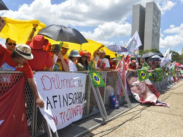 Público aguarda encostado à grade da Praça dos Três Poderes em frente ao Palácio do Planalto antes da cerimônia de posse da presidente da República reeleita, Dilma Rousseff (Foto: Alice Vergueiro/Futura Press/Estadão Conteúdo)
