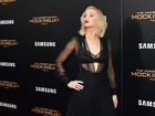 Jennifer Lawrence usa transparência e deixa sutiã à mostra em première