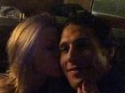 Aniversariante, Fiorella Mattheis presenteia Flávio Canto com beijo