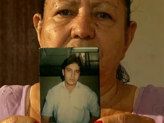 Maria José mostra a foto do irmão Geraldo, morto no incêndio (Foto: Reprodução/TV Globo )