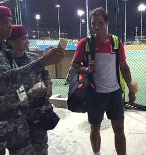 Rafael Nadal atende pedidos de fotos com uma bolsa de gelo no punho (Foto: Thiago Quintella)