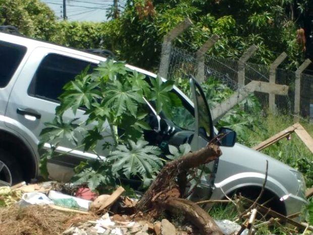 Dupla bateu carro furtado contra alambrado, em Americana (Foto: Rodrigo Cândido Ribeiro)