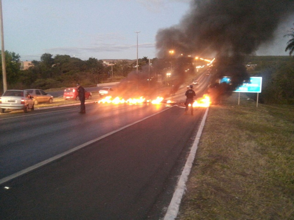 Manifestantes põem fogo em trecho da BR-020 (Foto: Reprodução)