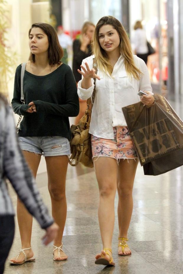 Sasha e amiga em shopping no RJ (Foto: Marcos Ferreira / FotoRioNews)
