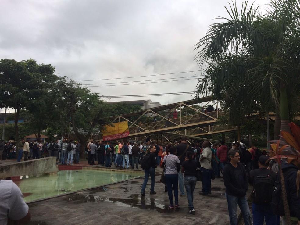 Manifestantes bloquearam ruas de Volta Redonda (Foto: TV Rio Sul/Cristiane Mendes)