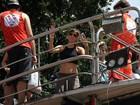 De barriga de fora, Maria Casadevall curte carnaval em cima do trio