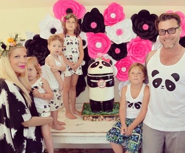 Tori com o marido, Dean McDermott, e os filhos Liam, 8, Stella, 7, Hattie, 3, e Finn, 2 (Foto: Reprodução / Instagram)