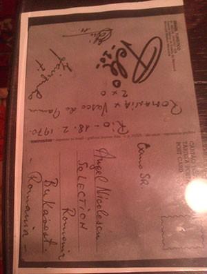 Cartão postal autografado por Pelé e Jairzinho enfeita mesa (Foto: Felipe Schmidt)