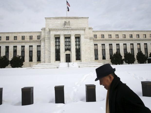 Homem caminha em frente à sede do Federal Reserva em Washinton, DC (Foto: REUTERS/Jonathan Ernst)