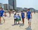 Atletas do Rio, Fabi, Gabi e Roberta ajudam a limpar areia de Copacabana