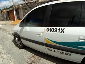 Carro foi recolhido na manhã desta quinta-feira pela polícia. (Foto: TV Verdes Mares/Reprodução)