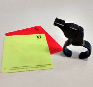 Apito, cartão amarelo, cartão vermelho (Foto: Hélder Rafael)
